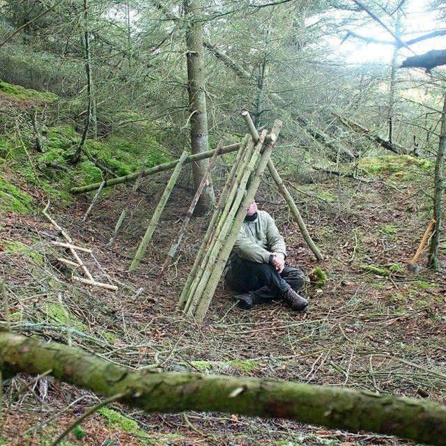 как сделать укрытие в лесу из подручных средств