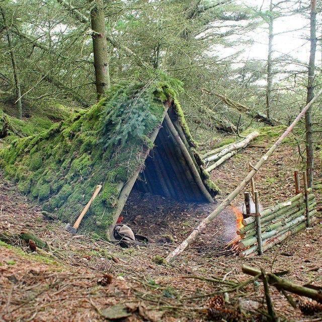 шалаш в лесу из подручных средств